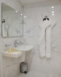 A bathroom at Belvedere Nevsky Business Hotel
