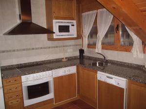 Una cocina o zona de cocina en Casa Rural Arturo I