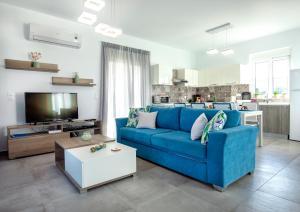 Aegean Horizon Beachfront Villas tesisinde bir oturma alanı