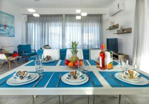 Aegean Horizon Beachfront Villas tesisinde bir restoran veya yemek mekanı
