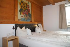 A bed or beds in a room at Hotel & Gasthof Fraundorfer