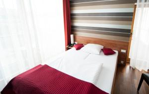 A bed or beds in a room at Hotel zum Hofmaler