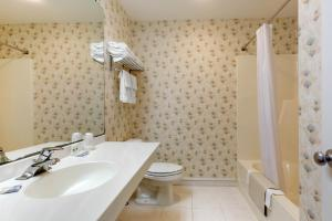 A bathroom at Ogunquit Hotel and Suites