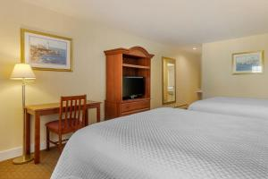 A bed or beds in a room at Ogunquit Hotel and Suites