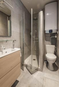A bathroom at Calme et cosy, idéal en famille ou entre amis - Quartier Montorgueil
