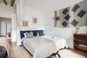 A bed or beds in a room at Calme et cosy, idéal en famille ou entre amis - Quartier Montorgueil