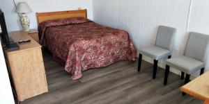 A bed or beds in a room at Sherwood Inn and Motel Charlottetown