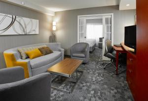 A seating area at Courtyard by Marriott Toronto Brampton
