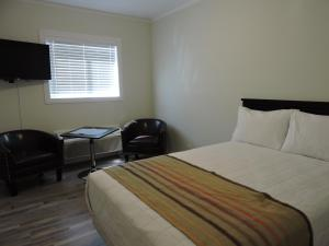 A bed or beds in a room at Almo Court Motel