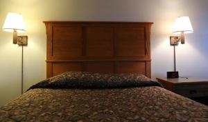A bed or beds in a room at Bozeman Inn