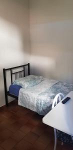 A bed or beds in a room at Quarto particular em Vitória