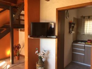 Una televisión o centro de entretenimiento en Hostería Antu Kuyen