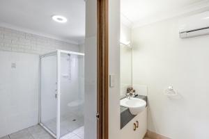 A bathroom at Clifford Gardens Motor Inn