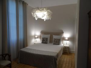 A bed or beds in a room at Le Cercle