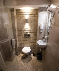 A bathroom at Club Puteshestvennikov
