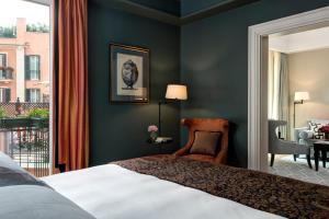 A bed or beds in a room at Rocco Forte Hotel De La Ville