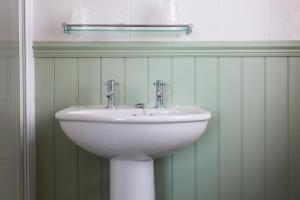 A bathroom at Sandcliff Guest House