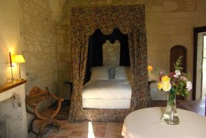 A bed or beds in a room at Château de Veuil