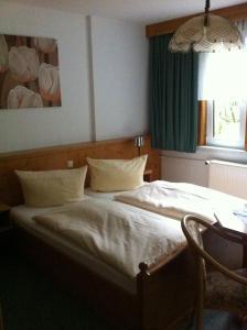 Ein Bett oder Betten in einem Zimmer der Unterkunft Pension Tannenrausch