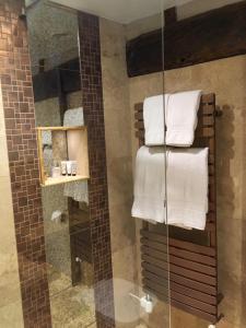 A bathroom at The Chequers Inn
