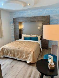 Ein Bett oder Betten in einem Zimmer der Unterkunft Boutique Hotel Goldene Henne