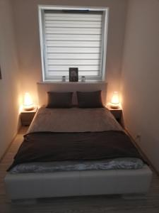 A bed or beds in a room at New Port Apartament