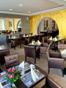 Ein Restaurant oder anderes Speiselokal in der Unterkunft Boutique Hotel Goldene Henne