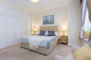 A bed or beds in a room at Park Lane Apartments/Shaw House