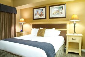 A bed or beds in a room at Club Wyndham Steamboat Springs