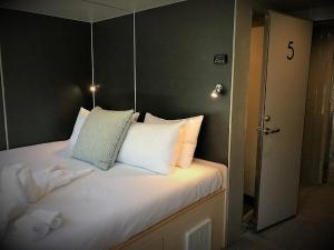 A bed or beds in a room at Milford Sound Overnight Cruise - Fiordland Discovery