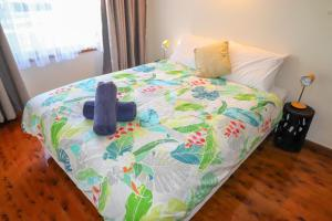 A bed or beds in a room at Wemberley Lakehouse