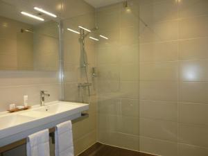 A bathroom at Hôtel Grand Monarque