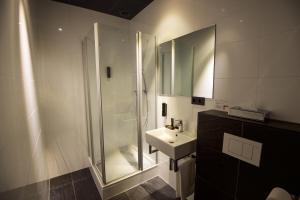A bathroom at Design Hotel Glow