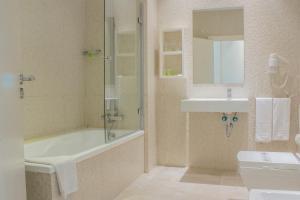 A bathroom at Hotel Atlántico