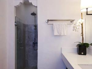 A bathroom at Rachamankha Hotel a Member of Relais & Châteaux