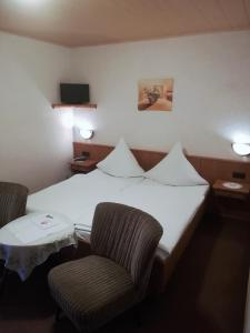 A bed or beds in a room at Pension Milberg Assmannshausen