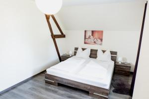 A bed or beds in a room at Sehr zentral in Bütgenbach Ferienhaus Lorea