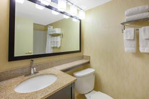 A bathroom at Baymont by Wyndham Harrisburg