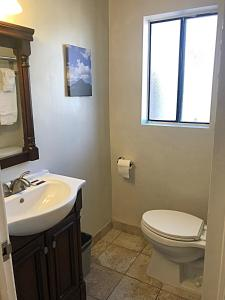 A bathroom at Sunbeam Motel