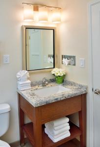A bathroom at Old Town Inn