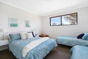 A bed or beds in a room at Cypress Townhouse 17 - Mulwala
