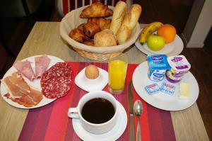 Breakfast options available to guests at Hotel de la Gare Troyes Centre