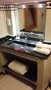 A bathroom at Riad Al Ksar & Spa