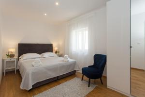 A bed or beds in a room at Above Blue Apartments
