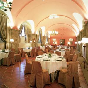 A restaurant or other place to eat at Parador de Sto. Domingo Bernardo de Fresneda