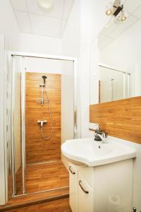 A bathroom at Monte Cassino Apartments