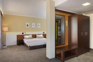 Een bed of bedden in een kamer bij Hotel Nobel - Beach Access