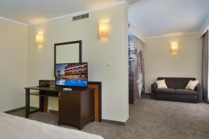Een TV en/of entertainmentcenter bij Hotel Nobel - Beach Access