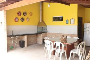 A restaurant or other place to eat at Casa residencial