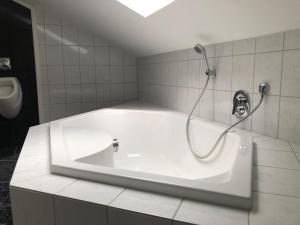 Ein Badezimmer in der Unterkunft Pension Sommer